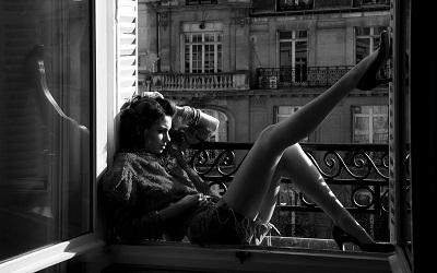 נערה על אדן החלוןנערה על אדן החלון -woman_sitting_near_the_window