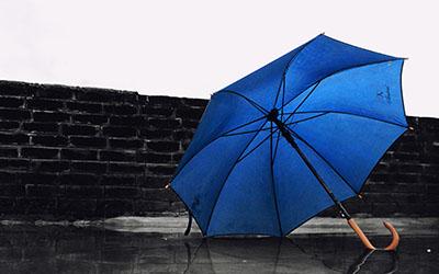 מטריה כחולהמטריה כחולה  -    נגיעות צבע