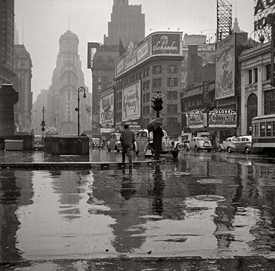 _New_York_March_1943._Times_Square_on_a_rainy_day