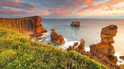 חוף ים  סלעיםחוף ים  סלעים