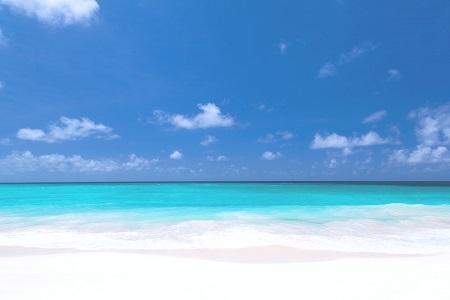 חוף לבן עם שמים כחוליםחוף לבן עם שמים כחולים white_beach_and_blue_sky
