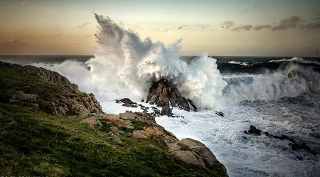 גלים מתנפצים על סלעגלים מתנפצים על סלע wave_crashing_on_rock