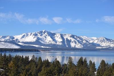 הרים מושלגים ואגםהרים מושלגים ואגם