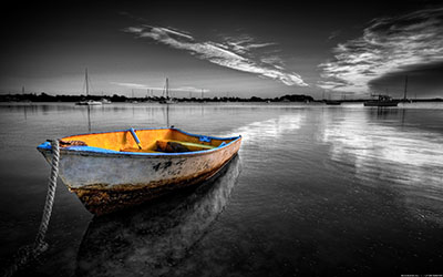 סירה עם רקע שחור לבןסירה