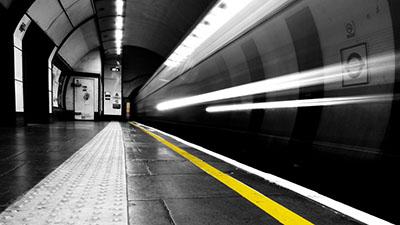 לונדון - mind the gap תמונות מטוסים רכבות