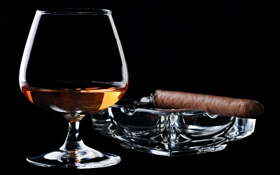 Brandy  And  CigarBrandy  And  Cigar    תמונות של משקאות