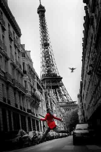 פאריז - נגיעות צבעמגדל אייפל אישה אדומה וינטג' כרזה רחוב פריס פאריס פריז שחור לבן אורות לילה  נגיעות צבע