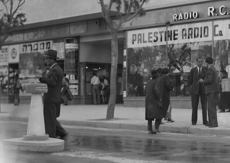 רדיו פלסטינה - תל אביב  - תמונה על קנבס,מוכנה לתליה.רדיו פלסטינה - תל אביב